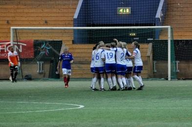 Kolbotn-spillerne jubler for sin andre scoring i kampen. Foto: Andreas Kristoffer Berge
